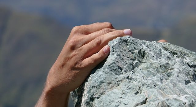 VibrationsCoaching:Hand Striving to Climb a Cliff